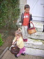 Mathis et Neel cherchent des noeufs de cloches